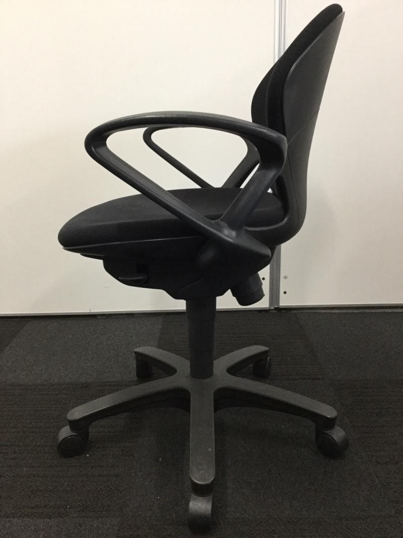 【合わせやすいデザインとブラックカラーの事務椅子です!】肘掛けもついているのでPC作業用にもオススメ!|プレーゴチェア[Prego](中古)_6