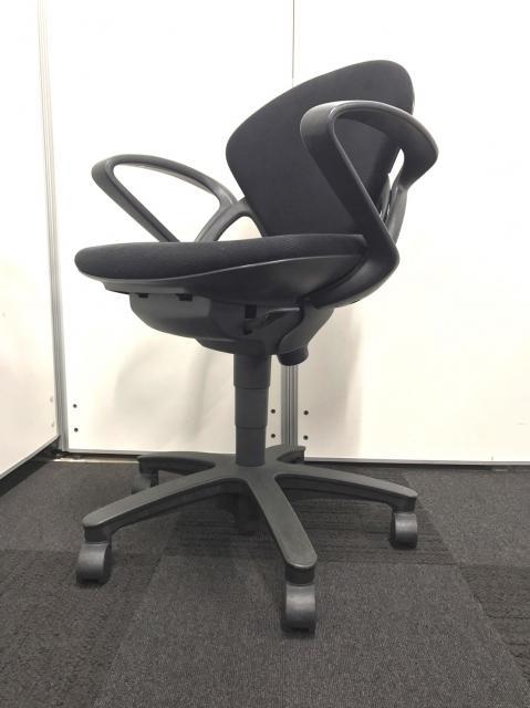 【合わせやすいデザインとブラックカラーの事務椅子です!】肘掛けもついているのでPC作業用にもオススメ!