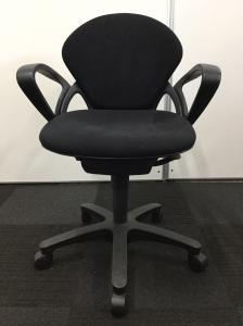 【合わせやすいデザインとブラックカラーの事務椅子です!】肘掛けもついているのでPC作業用にもオススメ![Prego](中古)