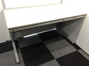 【4台入荷】サイズが一番人気のシンプルな平机!引き出しも付いており使い勝手抜群!