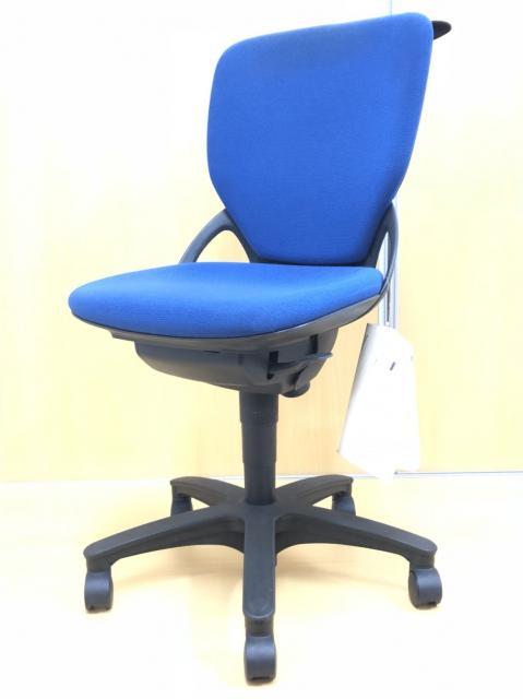 【定番カラーの事務椅子!!】オプションであるコートハンガー搭載!!コスパに優れたチェア!!