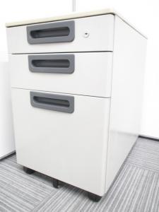 【7台入荷!!】収納に便利な3段ワゴンです。小物からA4サイズの書類まで仕事で頻繫に使う物は収納可能です。