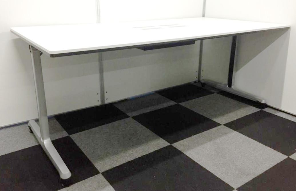 高品質な配線タップが付いた会議用テーブル入荷!T字脚で重厚感もありおすすめで御座います。