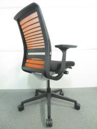 【長時間の着座のストレスを軽減!】■スチールケース シンクチェア 3Dニット 背:タンジェリン/座:ブラック【Steelcase Think】[Think chair](中古)