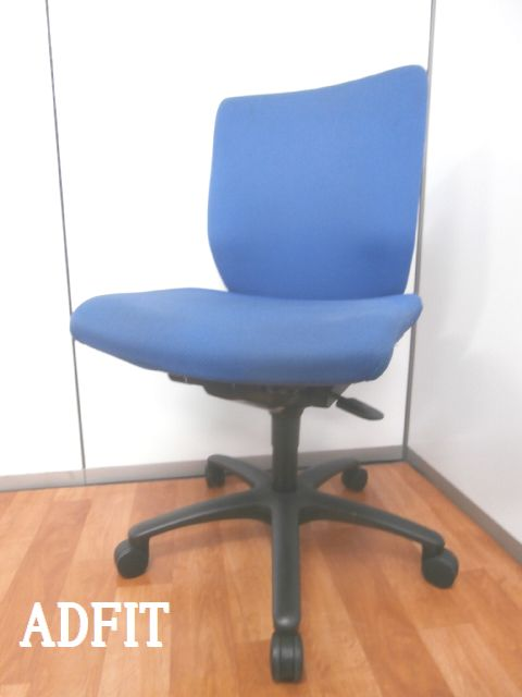 【ブルーカラーでオフィスに馴染む定番オフィスチェア】■オカムラ製 ■アドフィット ■パソコンチェア