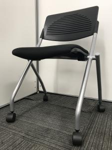 【20脚の大量入荷!】座面跳ね上げ式の為、研修ルームなどのご使用に最適です!|無し(中古)