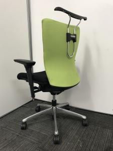 【コートハンガー付き+可動肘付きの万能チェア】明るいライムグリーンのカラーがオフィスを明るく彩ります![feego](中古)