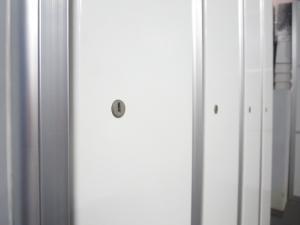 【ホワイトカラー入荷!】■オカムラ 4人用ロッカー ■長把手で使いやすい!【スタイリッシュなデザイン】|その他シリーズ(中古)