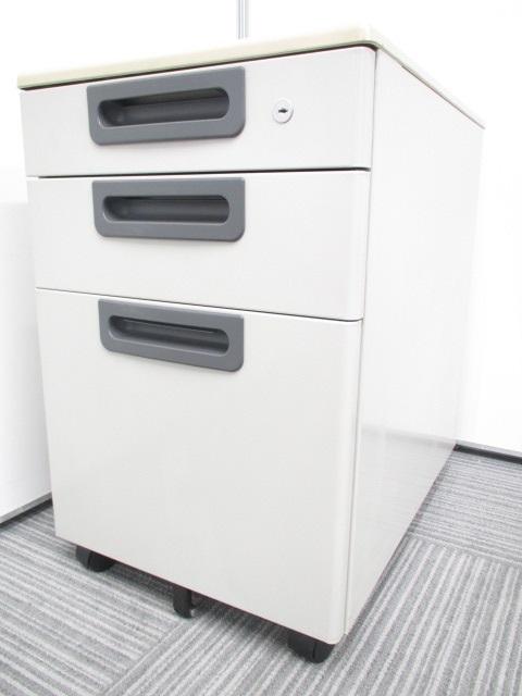 収納に便利な3段ワゴンです。小物からA4サイズの書類まで仕事で頻繫に使う物は収納可能です。Ω