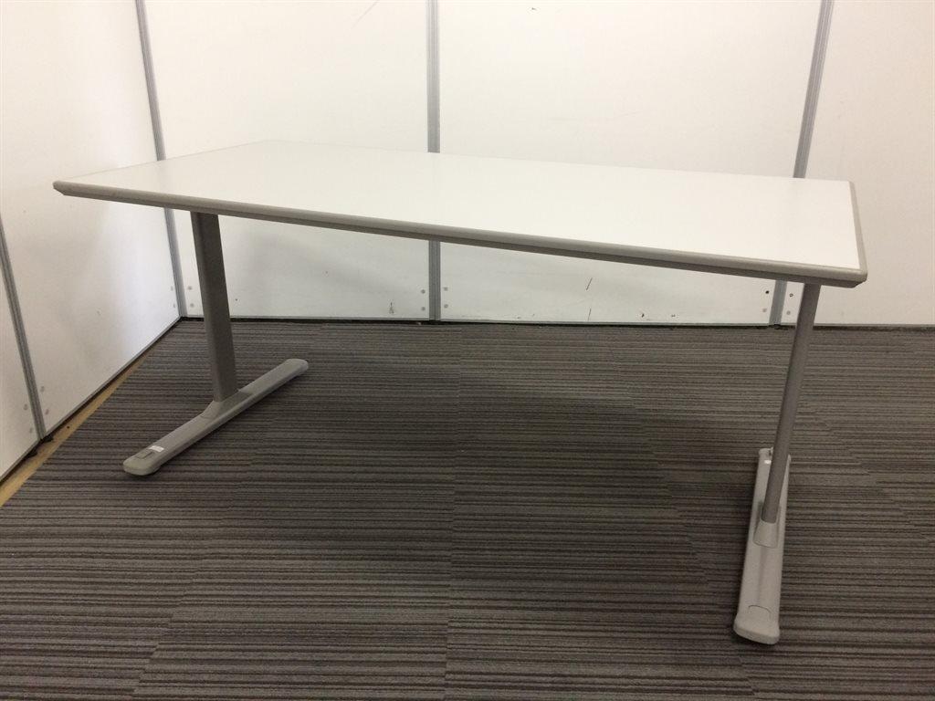 【4台入荷】4名様でのご使用に最適サイズ 脚部にキャスターの付いたミーティングテーブル オカムラ(okamura)製