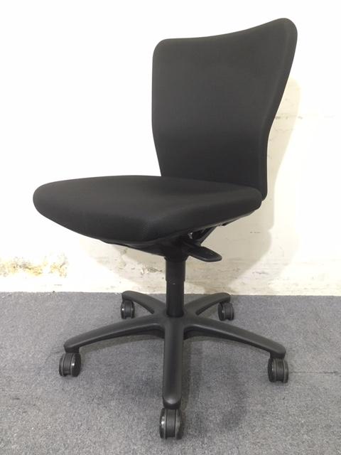 【8脚入荷】オカムラ製|カロッツァチェア|オフィスに人気のブラック!まとまった数入荷致しましたので入れ替えや追加にいかがでしょうか!