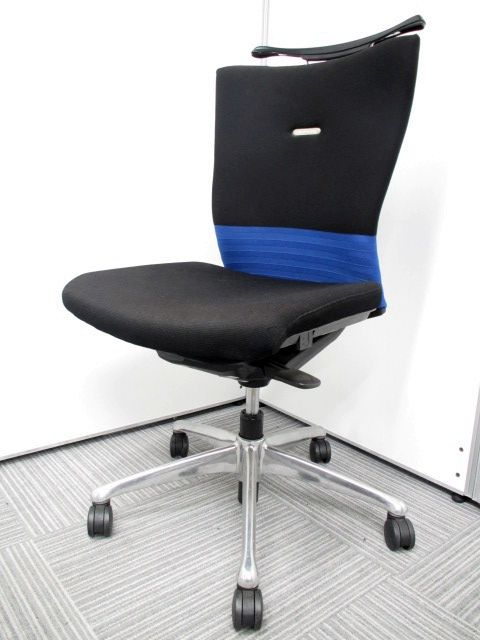 オカムラ製 フィーゴチェア コートハンガー付き シームレスブルーカラー エルゴノミクス(人間工学)に関する豊富な研究成果をもとに、快適な座り心地と使いやすさを徹底追及して開発したチェアです。