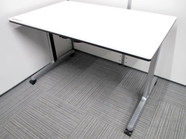 オカムラ製 ミーティングテーブ 81C41A 角型天板、T字脚、双輪キャスター付き スタックタイプ収納方式で天板も折り畳みして収納できる優れたテーブルです。