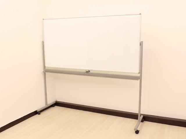 横幅広々W1900mmの自立式両面ホワイトボードが1台のみ緊急入荷!】会議室、研修スペースにいかがでしょうか?