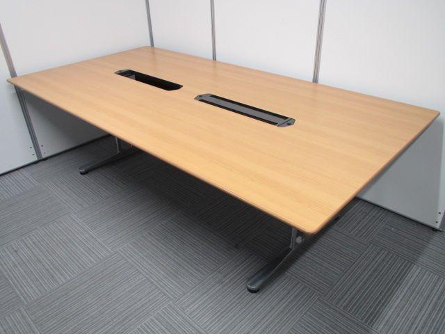 【国内メーカー品】オカムラ製のミーテイングテーブル入荷致しました。会議や来客用に!配線孔が付いておりますので、PCやプロジェクター等の配線も収納可能な商品となっております。【一部、配線カバー無し】