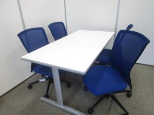 【白×青の鮮やかなコントラスト】ホワイトテーブルとブルーチェア【オフィスを明るくするならコレ】