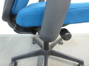 【背中のフィット感が快適!】■オカムラ エスクードメッシュチェア 可動肘付 ブルー[ESCUDO](中古)