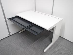 イトーキ製平机W1200 人気のホワイトカラー 人気のホワイト色がオフィスを明るくします。高さH720タイプです。[CZR DESK](中古)