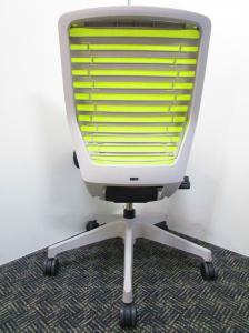 どんな人が座っても、理想的な座り心地になるチェア!座面に破れがある為お安く。綺麗なライトグリーン!【A00539408-4256】【B】【β】[epios](中古)