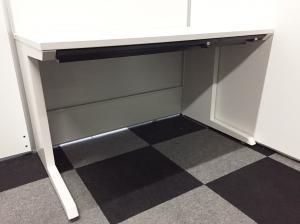 【オフィスに映えるホワイトカラーのデスク!】幅120cmの大きめのデスクで業務効率アップ!