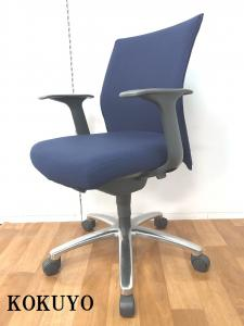 4脚限定!!【人気ブルーカラーの座り心地も機能性もバツグンな肘付OAチェアです!!】