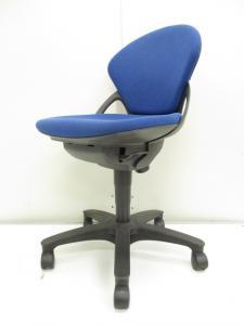 【手触り良好!!】シンプルかつ機能性の高い事務用椅子!!