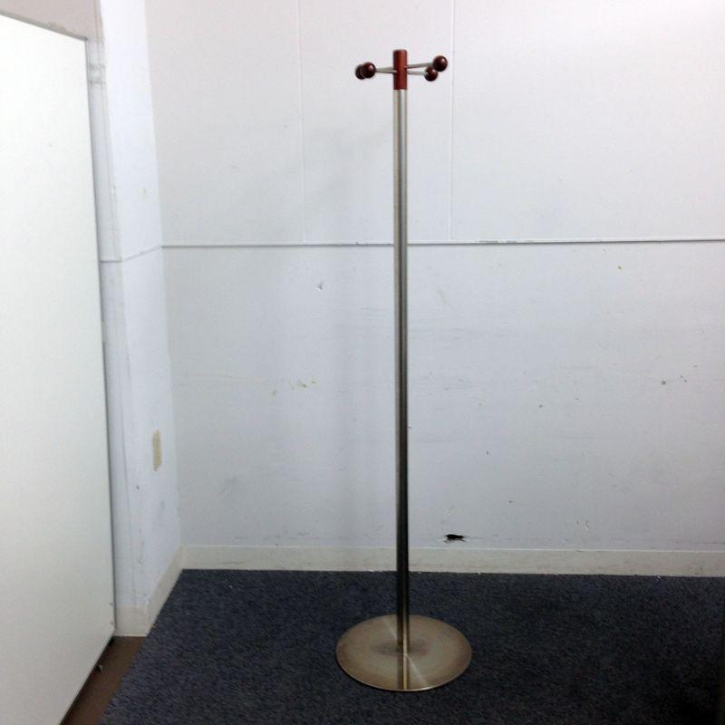 印象的なデザインのポールハンガー インテリア オカムラ製