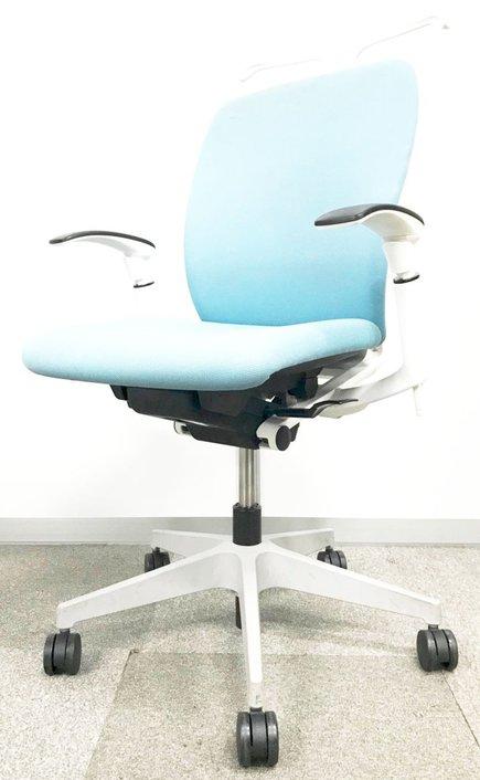 専門業者で綺麗に洗浄済み!薄いブルーカラーで明るいオフィスにピッタリ!コートハンガー付き!【ターコイズブルー】