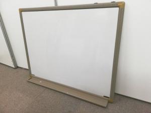 【訳アリ商品になります。】壁掛けタイプのホワイトボードです。汚れ、部品欠品の為お買い得価格になっております。【値下品】