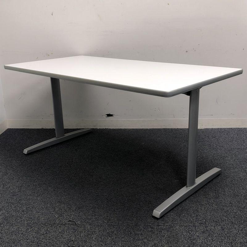 エッジ加工の施されたメーカー品の会議テーブル ホワイト天板/スタイリッシュなT字型脚
