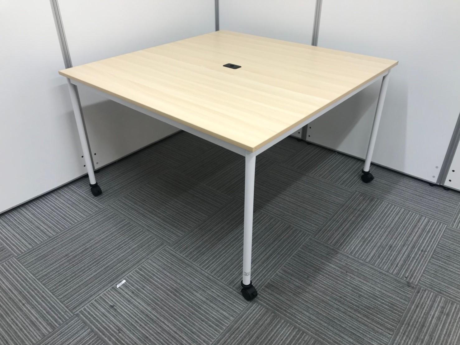 正方形で、使いやすい大きさ!休憩や軽いミーティングなどにおすすめ!