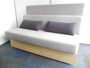 【居心地のよさ実感】珍しいソファが入荷しました。【背面にパネル&クッション付き】