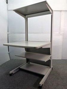 ◆限定1名◆~オカムラ製~ 中々入荷の少ないパソコンデスク!スチール製のため構造もがしっかりしておりプリンターやコピー用紙などのストック置きも◎