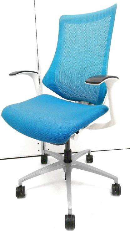 【作業性を考えたチェア!】着座中の作業性を良くするために考えられたデザインになっております!