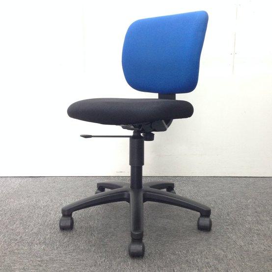【なんと40脚入荷】コクヨ製のオフィスチェア、イーザシリーズです!会議室や多目的用にいかがでしょうか。