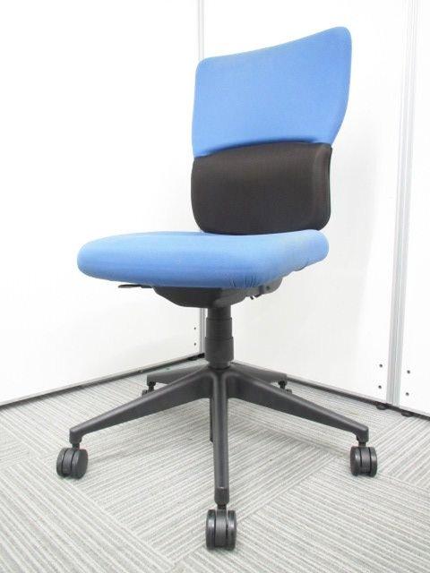 背もたれが高いシンプルな事務椅子が入荷!腰のあたりが厚くなっておりしっかりとサポート!