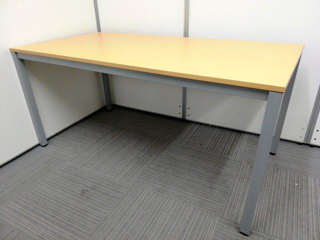 今流行りの木目テーブル入荷!4名様の席にピッタリな会議用テーブル!