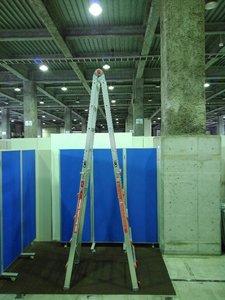 超大型巨人のようにそびえ立つ、伸縮式脚立兼用はしごが入荷しました!! 長谷川工業製 ※マテハン本舗の中古商品は、千葉県柏市に在庫がございます。