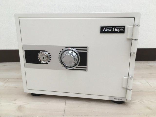 小型なのに頑丈!スタイリッシュなデザインのホワイトカラーの耐火金庫です!