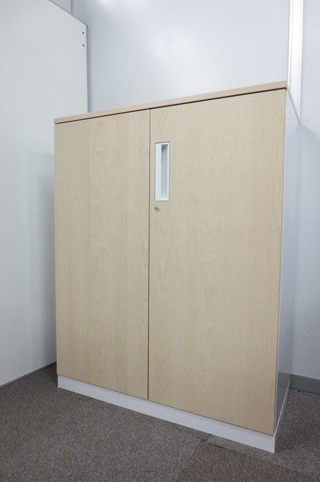 【オフィスに新しい風を届けます!】木目調の優しいデザインが特徴的な観音開き書庫が緊急入荷しました!