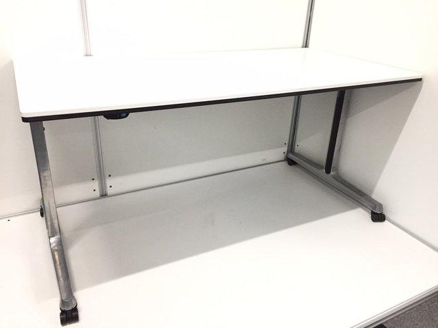 【キャスター付きテーブル】機能あるので自由に運べてしっかり使えます!【オカムラ】