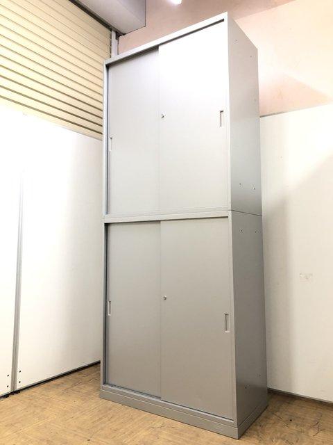 【設置スペースが狭い企業様必見】引違い扉で開閉うスペースが不要なシルバー書庫セット【上下引き違い】
