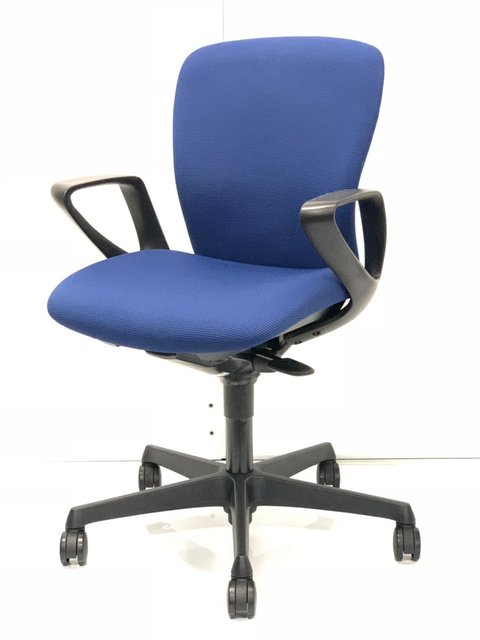 定番のOAチェア肘付きのブルー!オカムラ製の良い椅子入りました!
