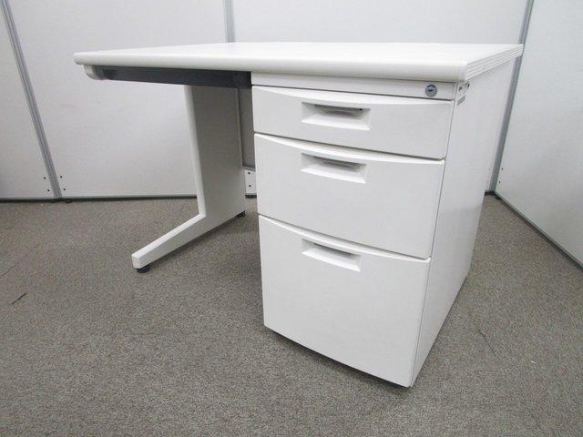流行りのホワイトデスクで綺麗なオフィスに! コンパクトでレイアウトが作りやすい!