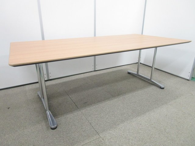 【高級テーブルで豪華な会議室に!】 上品な雰囲気漂う木目調! 大切なお客様を招きましょう!