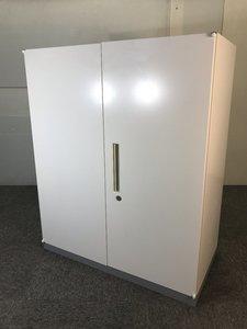 ◆限定1台◆~イナバ製両開き書庫~ホワイト色でオフィス内の清潔感UP!取っ手部分が広めなので取り出しやすさも◎