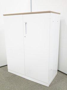【2019年製の超美品!】清潔感溢れるホワイトカラーの両開き書庫が入荷! 収納にもカウンターにも使えます。