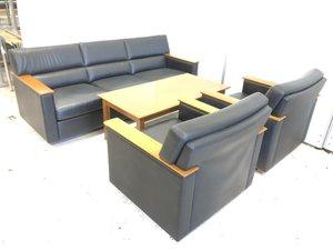 【落ち着いた雰囲気の応接セット!】重厚感溢れるデザインのソファで大切なお客様を招きましょう! 【ノーブランド品、一部使用感有】