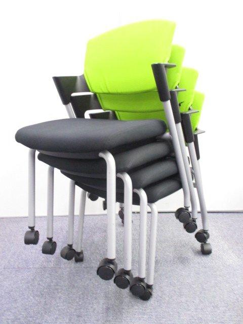 【30脚揃います!】【4脚セット!】ライトグリーンで明るい会議室づくりをしませんか!重ねてコンパクト収納可能な万能チェア!