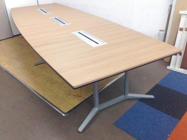 豪華な会議テーブル|8~10名様向け|オカムラ|ラティオ|配線ダクト付き